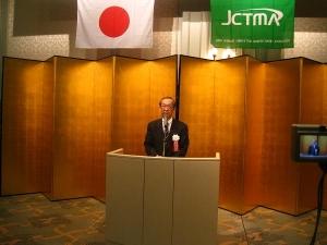 挨拶する田中理事長