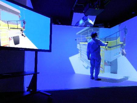 コマツの茨城工場に導入された4面VRシステム