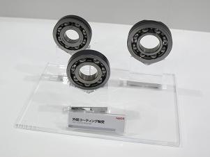 不二越のブース: 二硫化モリブデン系の固体潤滑コーティングを施した「外径コーティング軸受」
