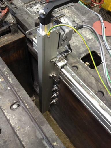 鋳型の長片に取り付けた熱電対の機能を計測する熱電対自動検査システムの加熱アーム。